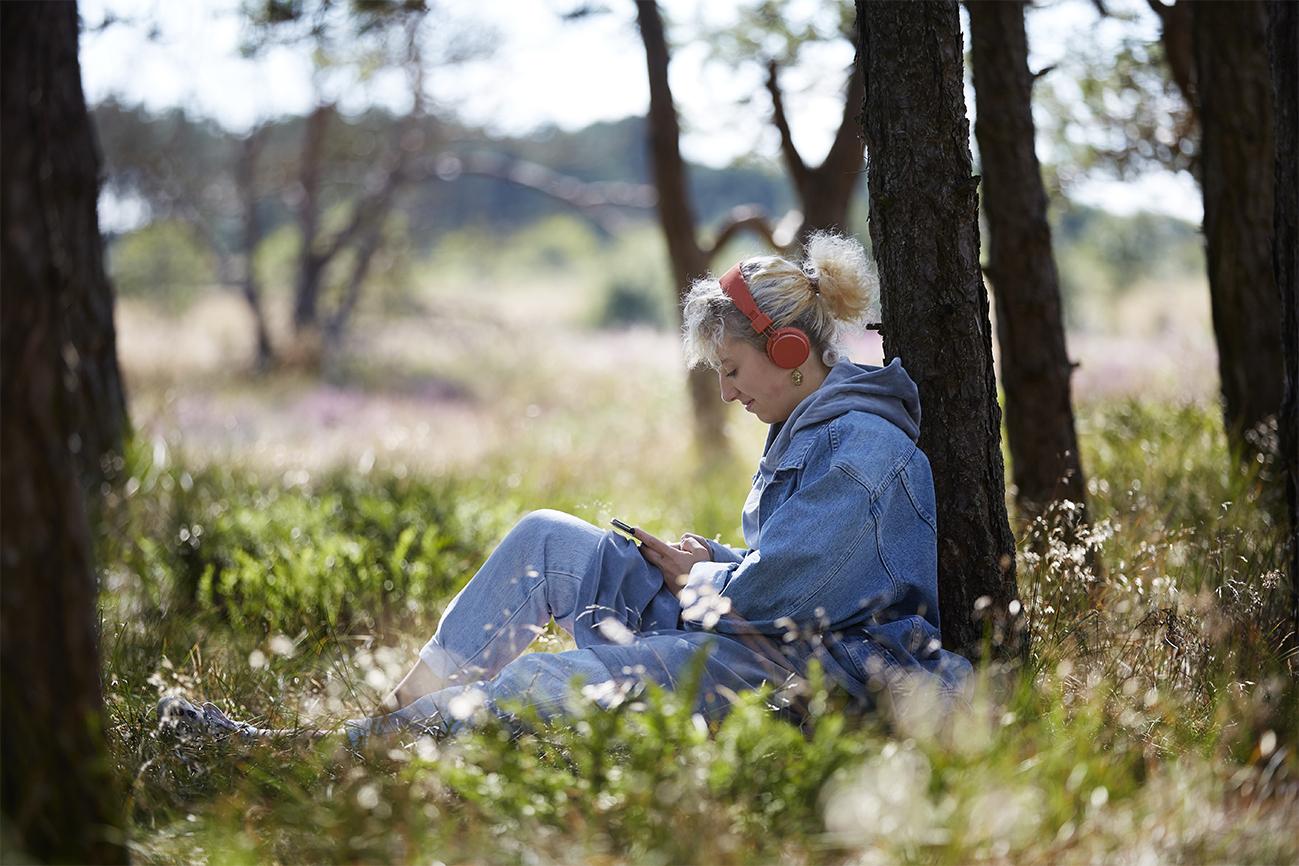 Kvinde sidder i graesset, dragor skincare