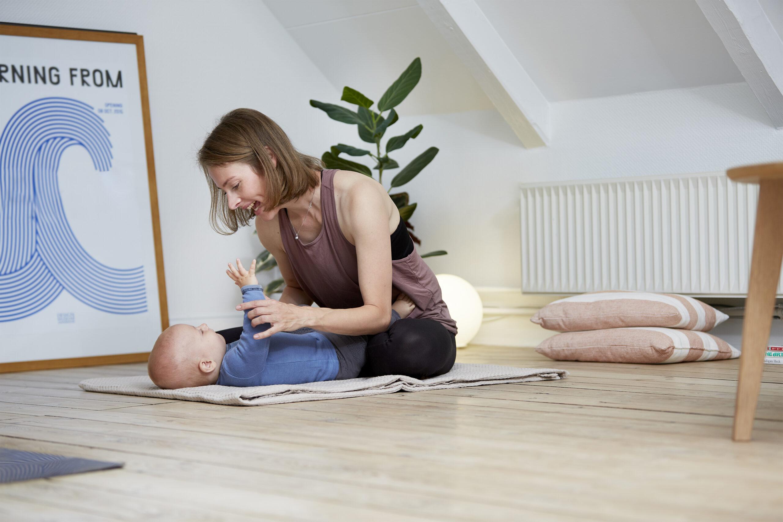 Mor og barn tumler paa gulvet, dragor skincare
