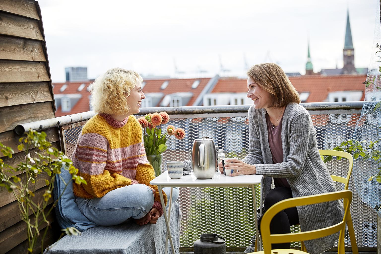 To kvinder drikker kaffe paa en altan, dragor skincare