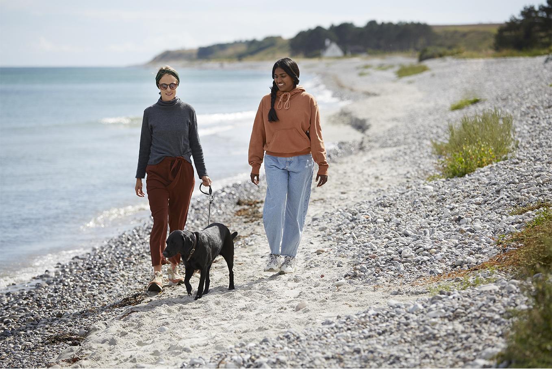 to kvinder gaar tur på stranden med hund, dragor skincare